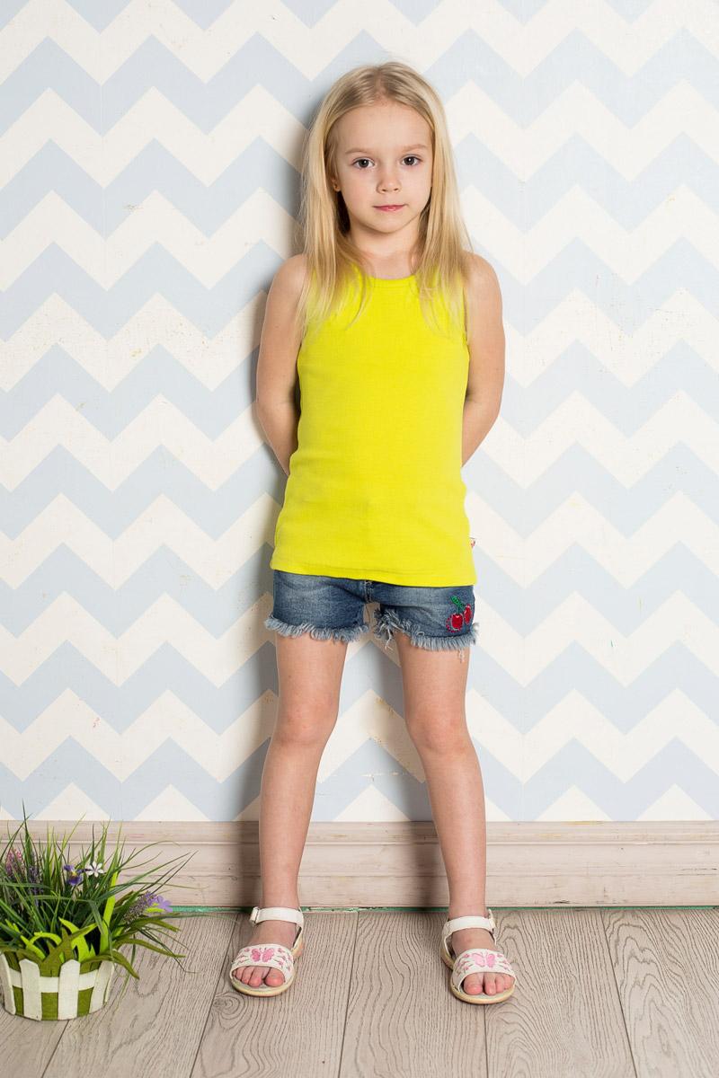 Шорты для девочки Sweet Berry, цвет: синий. 714175. Размер 122714175Стильные джинсовые шорты для девочки Sweet Berry выполнены из качественного хлопкового материала с эффектом потертостей и оформлены бахромой и яркой вышивкой. Шорты стандартной посадки на талии застегиваются на пуговицу и имеют ширинку на застежке-молнии. На поясе имеются шлевки для ремня. С внутренней стороны пояс дополнен вшитыми эластичными лентами, регулирующими посадку по талии. Модель имеет два втачных и один накладной кармашек спереди и два накладных кармана сзади.