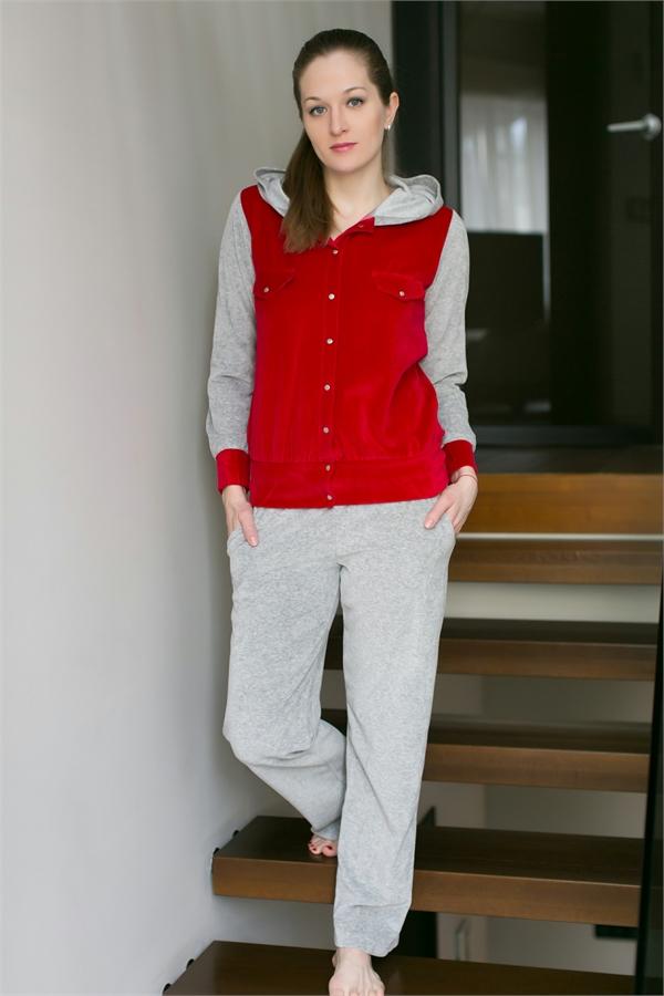 Комплект домашний женский Penye Mood: толстовка, брюки, цвет: серый, красный. 43728221. Размер M (46)43728221Женский домашний комплект Penye Mood состоит из толстовки и брюк. Комплект выполнен из 100% полиэстера. Толстовка застегивается на кнопки, имеет длинные рукава, капюшон и карманы. Брюки свободного кроя снабжены резинкой на талии и двумя вшитыми карманами.
