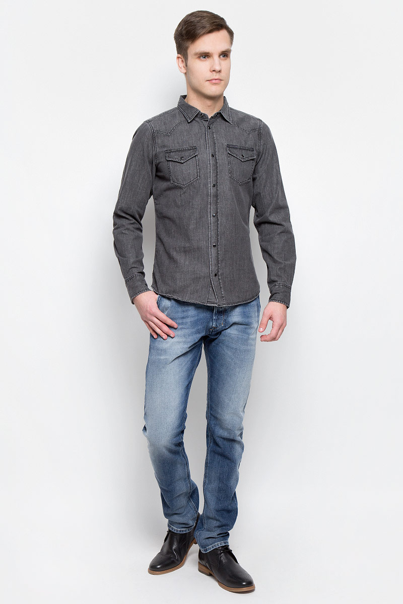 Джинсы мужские Diesel, цвет: синий. 00CQ9H-0853P/01. Размер 33-32 (50/52-32)00CQ9H-0853P/01Стильные мужские джинсы Diesel - джинсы высочайшего качества на каждый день, которые прекрасно сидят. Модель изготовлена из хлопка с добавлением эластана, имеет прямой крой и среднюю посадку. Застегиваются джинсы на пуговицу в поясе и ширинку на пуговицах, на поясе имеются шлевки для ремня. Спереди модель дополнена двумя втачными карманами, а сзади - двумя накладными карманами. Изделие оформлено потертостями.Эти модные и в то же время комфортные джинсы послужат отличным дополнением к вашему гардеробу.
