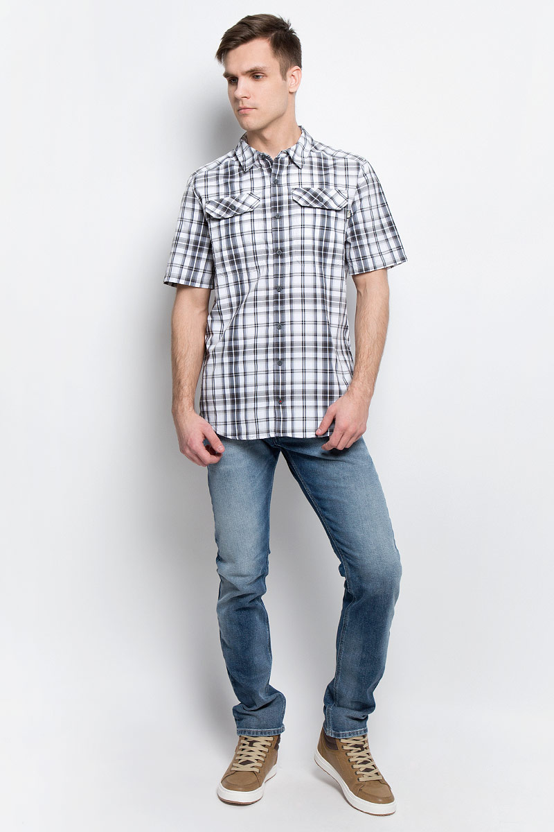 Рубашка мужская The North Face M S/S Pine Knot, цвет: серый, белый. T92S7XU34. Размер XXL (56)T92S7XU34Мужская рубашка The North Face M S/S Pine Knot выполнена из полиэстера с добавлением нейлона. Рубашка с короткими рукавами и отложным воротником застегивается на пуговицы спереди.Рубашка оформлена принтом в клетку. На груди расположены два накладных кармана с клапанами на пуговицах.