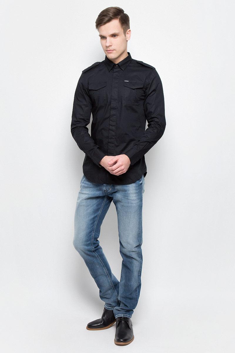 Рубашка мужская Diesel, цвет: черный. 00SMS1-0IAKB/900. Размер XL (54)00SMS1-0IAKB/900Модная мужская рубашка в милитаристическом стиле Diesel изготовлена из хлопка с добавлением эластана. Модель имеет стандартные длинные рукава, отложной воротник, декоративные погоны и два нагрудных кармана. Рубашка застегивается на пуговицы, скрытые планкой. Модель выполнена в строгом однотонном дизайне и имеет приталенный силуэт.