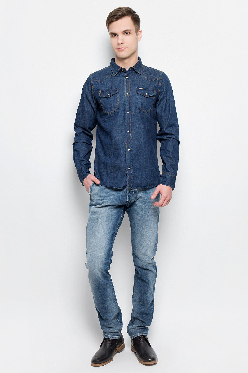 Рубашка мужская Diesel, цвет: синий. 00SS2T-0KANX/01. Размер S (44)00SS2T-0KANX/01Мужская джинсовая рубашка Diesel изготовлена из 100% хлопка. Модель имеет стандартные длинные рукава, отложной воротник и два нагрудных кармана. Рубашка застегивается на кнопки по всей длине. Манжеты рукавов застегиваются на пуговицу и кнопки. Задняя полочка модели удлиненная и закругленная. Модель выполнена в оригинальном дизайне.