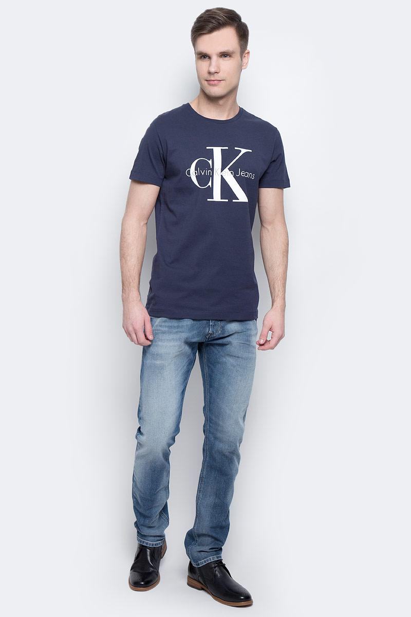 Футболка мужская Calvin Klein Jeans, цвет: темно-синий. J30J304336_4020. Размер L (48/50)J30J304336_4020Мужская футболка Calvin Klein Jeans изготовлена из натурального хлопка. Модель выполнена с круглой горловиной и короткими рукавами. Футболка декорирована крупным принтом с названием бренда.