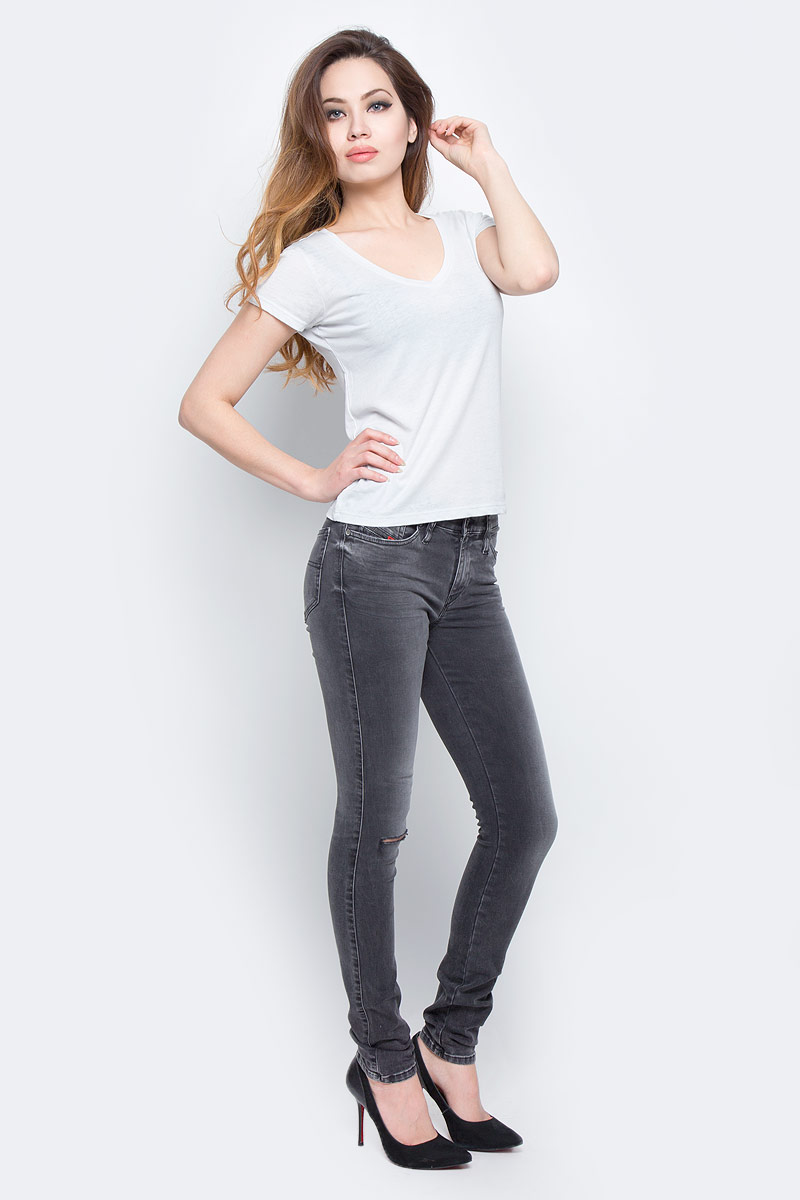 Джинсы женские Diesel, цвет: серый. 00S142-0679P/02. Размер 28-32 (46-32)00S142-0679P/02Стильные женские джинсы Diesel - это стрейчевые джинсы высочайшего качества на каждый день, которые прекрасно сидят. Модель изготовлена из хлопка и полиэстера с добавлением эластана, имеет силуэт skinny и стандартную талию. Застегиваются джинсы на пуговицу в поясе и ширинку на молнии, на поясе также имеются шлевки для ремня. Спереди модель дополнена двумя втачными карманами и небольшим накладным кармашком, а сзади - двумя накладными карманами. Изделие оформлено потертостями и рваным эффектом на коленях.Эти модные и в то же время комфортные джинсы послужат отличным дополнением к вашему гардеробу.