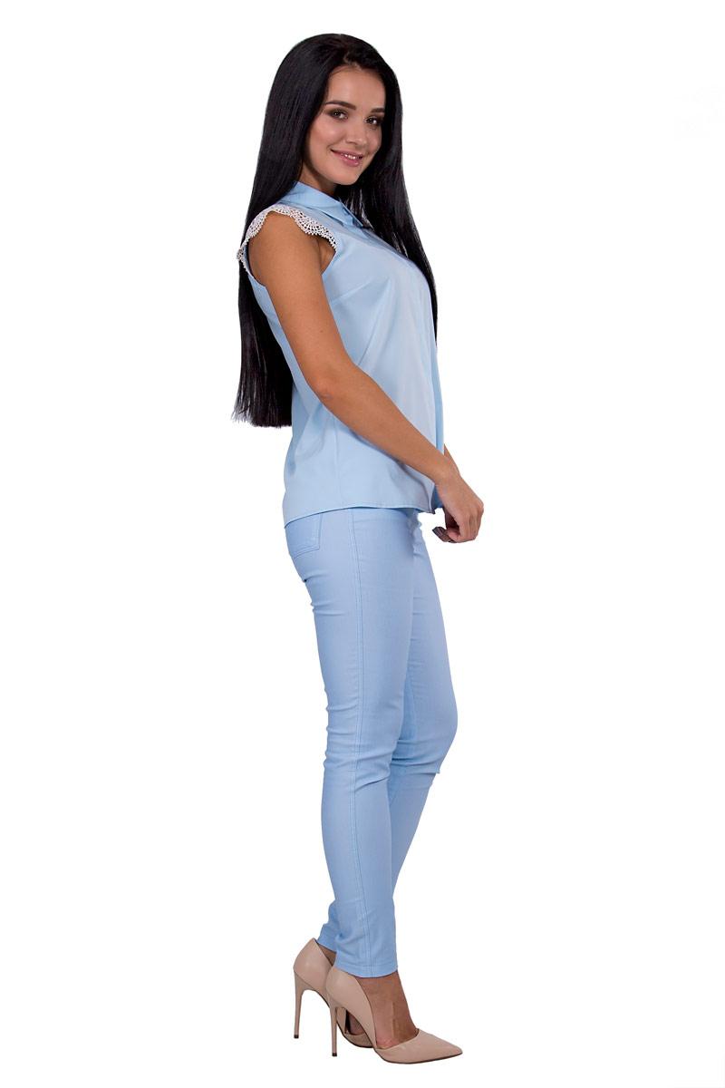 Блузка женская Pavlotti, цвет: голубой. П18-186. Размер 42П18-186Женственная и легкая блузка Pavlotti изготовлена из полиэстера с добавлением вискозы. Модель приталенного силуэта с отложным воротником и короткими кружевными рукавами застегивается на пуговицы.