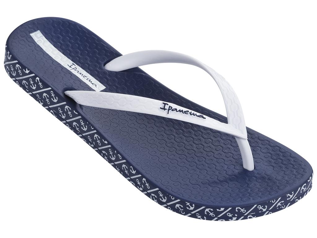 Сланцы женские Ipanema, цвет: синий, белый. 25924-24079. Размер BRA 37 (38)25924-24079Очень легкие сланцы от Ipanema придутся вам по душе. Модель выполнена из поливинилхлорида и оформлена на ремешке логотипом бренда. Ремешки с перемычкой надежно зафиксируют модель на ноге. Стелька модели оформлена логотипом бренда. Вокруг подошвы нанесен рисунок с морской тематикой. Подошва с рифлением обеспечивает надежное сцепление с любой поверхностью. Удобные сланцы прекрасно подойдут для похода в бассейн или на пляж.