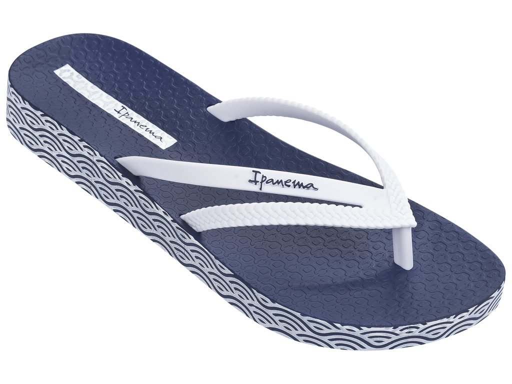 Сланцы женские Ipanema, цвет: синий, белый. 82064-21308. Размер BRA 37/38 (38/39)82064-21308Очень легкие сланцы от Ipanema придутся вам по душе. Модель выполнена из поливинилхлорида и оформлена на ремешке логотипом бренда. Ремешки с перемычкой надежно зафиксируют модель на ноге. Стелька модели оформлена логотипом бренда. Вокруг подошвы нанесен рисунок. Подошва с рифлением обеспечивает надежное сцепление с любой поверхностью. Удобные сланцы прекрасно подойдут для похода в бассейн или на пляж.