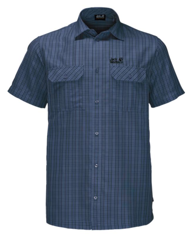 Рубашка мужская Jack Wolfskin Thompson Shirt M, цвет: темно-синий. 1401042-7919. Размер M (46)1401042-7919Рубашка мужская Thompson Shirt M выполнена из 100% полиэстера. Ткань позволяет телу дышать и быстро сохнет. Модель идеально подходит для жаркой летней погоды и поездок в жаркие страны, так как обеспечивает хорошую терморегуляцию. Рубашка застегивается на пуговицы, имеет отложной воротник и короткие стандартные рукава. Спереди расположены два накладных кармана на пуговицах, чтобы важные вещи всегда были под рукой. Модель дополнена принтом в клетку и логотипом бренда.