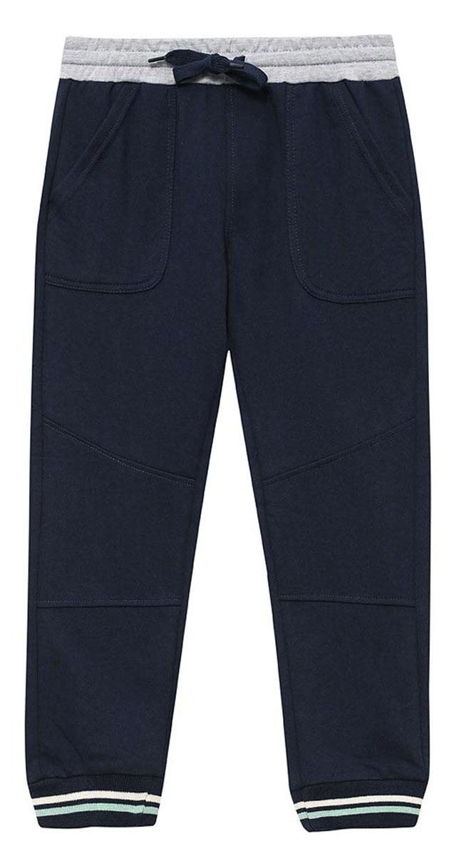 Брюки спортивные для мальчика Sela, цвет: темно-синий. Pk-715/102-7122. Размер 98, 3 годаPk-715/102-7122Удобные спортивные брюки для мальчика Sela выполнены из качественного хлопкового материала и дополнены двумя накладными карманами. Брюки прямого кроя и стандартной посадки на талии имеют широкий пояс на мягкой резинке, дополнительно регулируемый шнурком. Низ брючин дополнен мягкими трикотажными резинками с контрастными полосками.