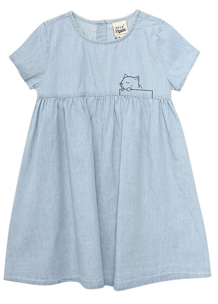 Платье для девочки Sela, цвет: голубой джинс. Djs-537/280-7293. Размер 104, 4 годаDjs-537/280-7293Оригинальное джинсовое платье для девочки Sela выполнено из натурального хлопка и оформлено принтом с кошечкой. Модель А-силуэта с завышенной талией и круглым вырезом горловины застегивается сзади на пуговицы. Мягкая ткань комфортна и приятна на ощупь. Платье подойдет для прогулок и дружеских встреч и станет отличным дополнением гардероба.