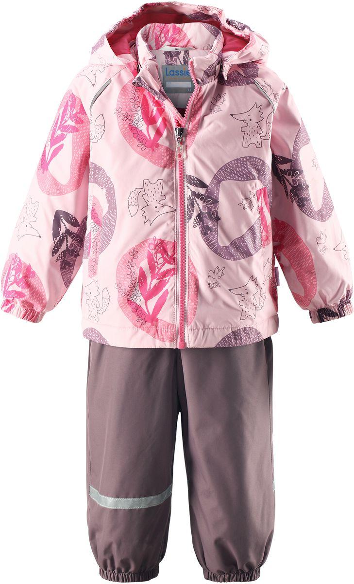 Комплект одежды детский Lassie: куртка, полукомбинезон, цвет: розовый, серо-коричневый. 7137034071. Размер 747137034071Практичный демисезонный комплект для малышей состоит из куртки и полукомбинезона. Водоотталкивающему и ветронепроницаемому материалу не страшен небольшой дождик. Этот материал очень функциональный, но в то же время комфортный и дышащий. Гладкая подкладка из полиэстера на легком утеплителе согреет вашего маленького любителя приключений и облегчит вам процесс одевания. Полукомбинезон изготовлен из прочного материала и снабжен эластичными манжетами и съемными штрипками, чтобы не пустить внутрь холод и влагу. Благодаря эластичной талии и регулируемым эластичным подтяжкам он удобно сидит точно по фигуре. Куртка снабжена множеством продуманных элементов, например, безопасным съемным капюшоном, удлиненной спинкой, прорезными карманами и светоотражателями.