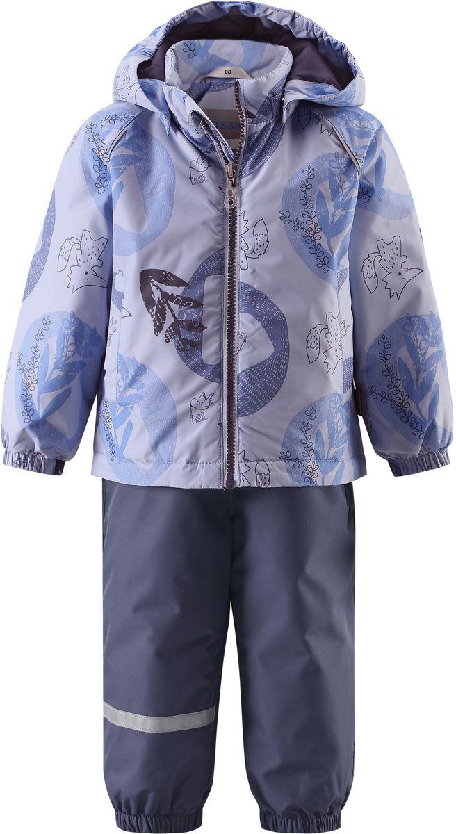 Комплект одежды детский Lassie: куртка, полукомбинезон, цвет: синий, темно-синий. 7137036171. Размер 807137036171Практичный демисезонный комплект для малышей состоит из куртки и полукомбинезона. Водоотталкивающему и ветронепроницаемому материалу не страшен небольшой дождик. Этот материал очень функциональный, но в то же время комфортный и дышащий. Гладкая подкладка из полиэстера на легком утеплителе согреет вашего маленького любителя приключений и облегчит вам процесс одевания. Полукомбинезон изготовлен из прочного материала и снабжен эластичными манжетами и съемными штрипками, чтобы не пустить внутрь холод и влагу. Благодаря эластичной талии и регулируемым эластичным подтяжкам он удобно сидит точно по фигуре. Куртка снабжена множеством продуманных элементов, например, безопасным съемным капюшоном, удлиненной спинкой, прорезными карманами и светоотражателями.