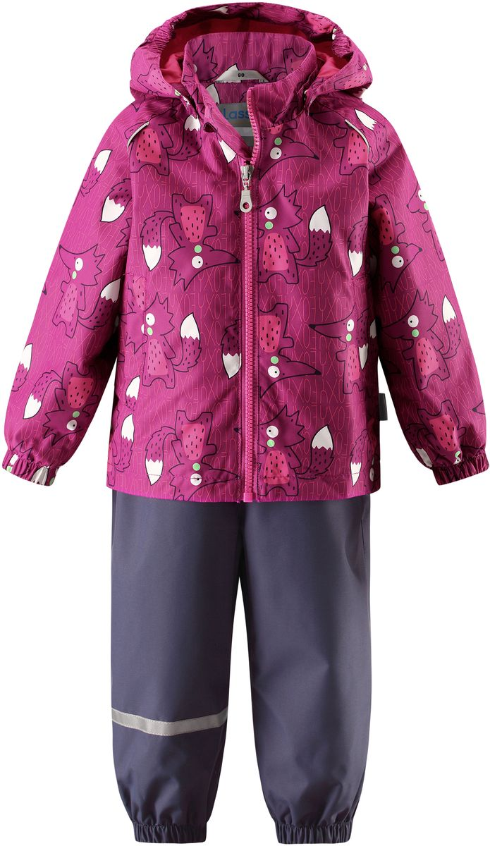 Комплект одежды детский Lassie: куртка, полукомбинезон, цвет: фуксия, темно-синий. 7137024861. Размер 927137024861Детский демисезонный комплект, состоящий из куртки и полукомбинезона, идеально подойдет для активных маленьких путешественников и исследователей мира! Водоотталкивающему и ветронепроницаемому материалу не страшен небольшой дождик. Этот материал очень функциональный, и в то же время комфортный и дышащий. Полукомбинезон изготовлен из прочного материала и снабжен эластичными манжетами и съемными штрипками, чтобы не пустить внутрь холод и влагу. Благодаря регулируемым эластичным подтяжкам он удобно сидит точно по фигуре. Съемный капюшон защищает голову ребенка от пронизывающего ветра, к тому же он абсолютно безопасен: легко отстегнется, если вдруг за что-нибудь зацепится. Куртка снабжена множеством продуманных элементов, например, прорезными карманами и светоотражателями.