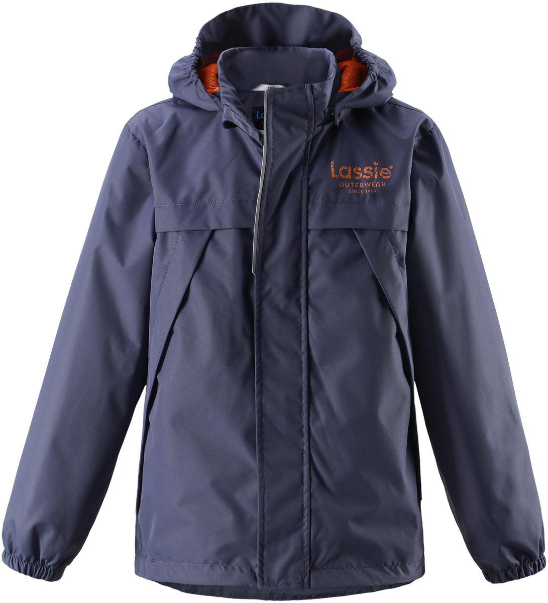 Куртка для мальчика Lassie, цвет: темно-синий. 721707R9630. Размер 104721707R9630Легкая и удобная куртка для мальчиков на весенне-осенний период. Она изготовлена из водоотталкивающего и ветронепроницаемого, но при этом дышащего материала. Куртка снабжена дышащей и приятной на ощупь подкладкой на легком утеплителе, которая облегчает одевание. Съемный капюшон обеспечивает защиту от холодного ветра, а также безопасен во время игр на свежем воздухе! Благодаря регулируемому подолу эта модель свободного покроя отлично сидит по фигуре. Снабжена множеством продуманных элементов, например, передними карманами и эластичными манжетами.