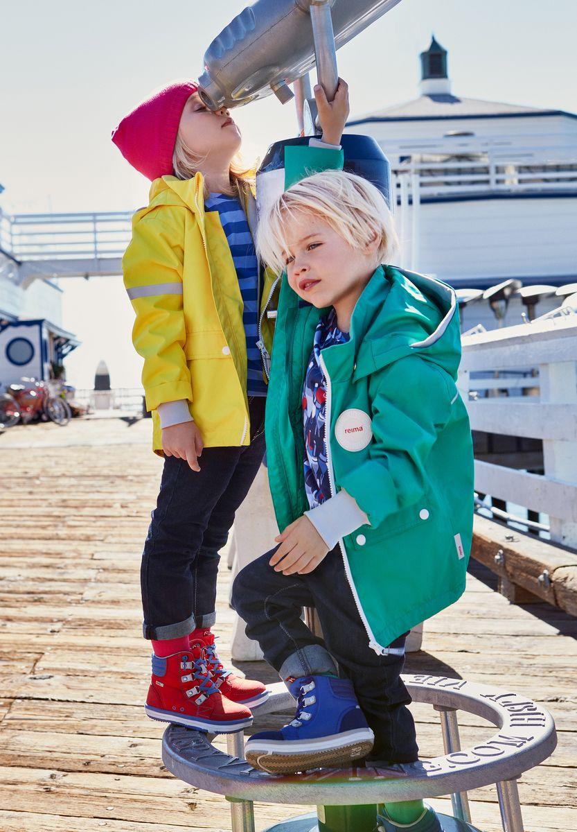 Куртка детская Reima Taag, цвет: зеленый. 5214818800. Размер 925214818800В детской демисезонной куртке от Reima дождь не страшен: все основные швы проклеены, водонепроницаемы. Благодаря съемной стеганой жилетке эта куртка идеально подойдет для ранних весенних дней, ведь на улице все еще может быть холодно. А когда потеплеет, она легко превращается в облегченную модель. Большие карманы с клапанами и светоотражающие детали выполнены в ретро-стиле 70-х.