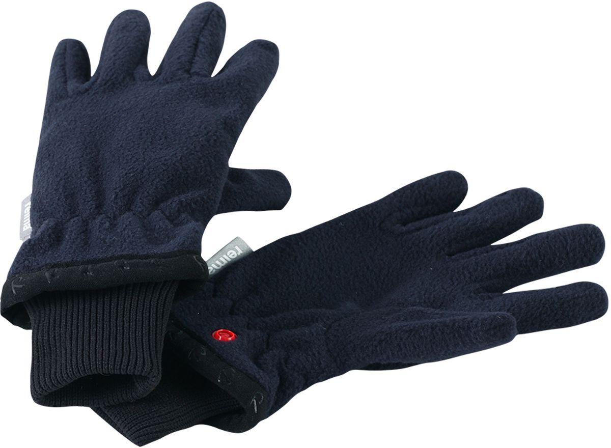 Перчатки детские Reima Tollense, цвет: темно-синий. 5272456980. Размер 75272456980Популярные перчатки из коллекции Reima будут любимым аксессуаром ребенка в течение всего года! В погожие весенние и осенние дни эти перчатки сами по себе отлично послужат во время игр на свежем воздухе, а в зимнюю пору идеально подойдут для поддевания под непромокаемые варежки и перчатки в качестве дополнительного утепления. Флисовый материал очень мягкий и приятный на ощупь, а благодаря манжетам на эластичной резинке перчатки плотно сидят на руке и не спадают. Удобные кнопки пригодятся для хранения: перчатки легко пристегнуть друг к другу, чтобы они не потерялись.