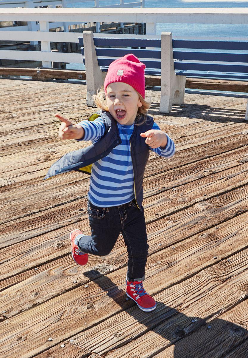 Шапка детская Reima Datoline, цвет: фуксия. 5285104620. Размер 545285104620Удобная трикотажная шапка из хлопка подойдет на все случаи жизни. Полуподкладка из хлопчатобумажного трикотажа гарантирует тепло, а ветронепроницаемые вставки между верхним слоем и подкладкой защищают уши. Светоотражающая эмблема спереди позволяет лучше разглядеть ребенка после захода солнца.