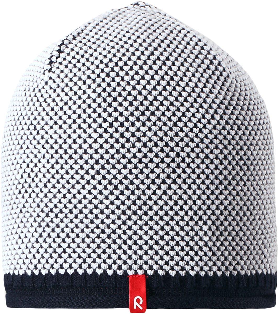Шапка детская Reima Seilori, цвет: темно-синий. 5285296980. Размер 545285296980Яркая детская шапка станет превосходным выбором в межсезонье, в ней можно и поиграть во дворе, и прогуляться по городу. Изготовлена из мягкого и комфортного вязаного хлопка. Эта симпатичная облегченная модель без подкладки идеально подходит для солнечной погоды. Модный вязаный узор.