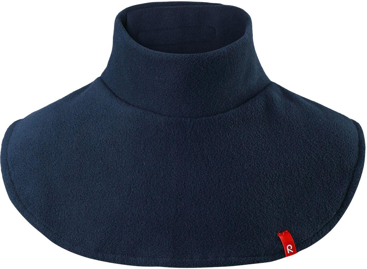 Манишка детская Reima Dollart, цвет: темно-синий. 5285056980. Размер универсальный5285056980Флисовая манишка для малышей и детей постарше сделает любую демисезонную и зимнюю верхнюю одежду теплее и уютнее. Флис- мягкий и приятный на ощупь, а застежка-липучка сзади облегчает надевание и не дает горловине сползать. Легкий, быстросохнущий и дышащий флис выводит влагу с кожи, поэтому горловина станет отличным выбором для активных прогулок!