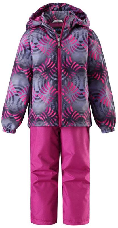Комплект одежды детский Lassie: куртка, брюки, цвет: темно-синий, розовый. 723703R3402. Размер 134723703R3402Прочный детский демисезонный комплект на легком утеплителе, состоящий из куртки и брюк, станет идеальным выбором для игр на свежем воздухе. Водоотталкивающий и ветронепроницаемый материал хорошо пропускает воздух, так что в этой куртке не вспотеешь. Куртка снабжена безопасным съемным капюшоном и прочными усилениями на спинке. Эластичный регулируемый подол позволяет подогнать куртку идеально по фигуре. Гладкая подкладка из полиэстера хорошо пропускает воздух и облегчает одевание. В куртке предусмотрены прорезные карманы, а в брюках один карман. Брюки снабжены регулируемыми манжетами и съемными эластичными подтяжками, поэтому отлично сидят. Светоотражающие детали позволят лучше разглядеть маленьких любителей приключений, играющих на свежем воздухе в темное время суток.