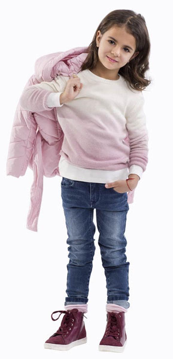 Джинсы для девочки Gulliver, цвет: темно-синий джинс. 21601GMC6302. Размер 11621601GMC6302Стильные джинсы для девочки Gulliver выполнены из натурального хлопка с добавлением эластана. Модель на талии застегивается на металлический потайной крючок и имеет ширинку на застежке-молнии, а также шлевки для ремня. С внутренней стороны пояс регулируется скрытой резинкой на пуговицах. Джинсы имеют классический пятикарманный крой: спереди два втачных кармана и один накладной кармашек, а сзади - два накладных кармана. Оформлено изделие перманентными складками, потертостями и декоративными металлическими клепками.