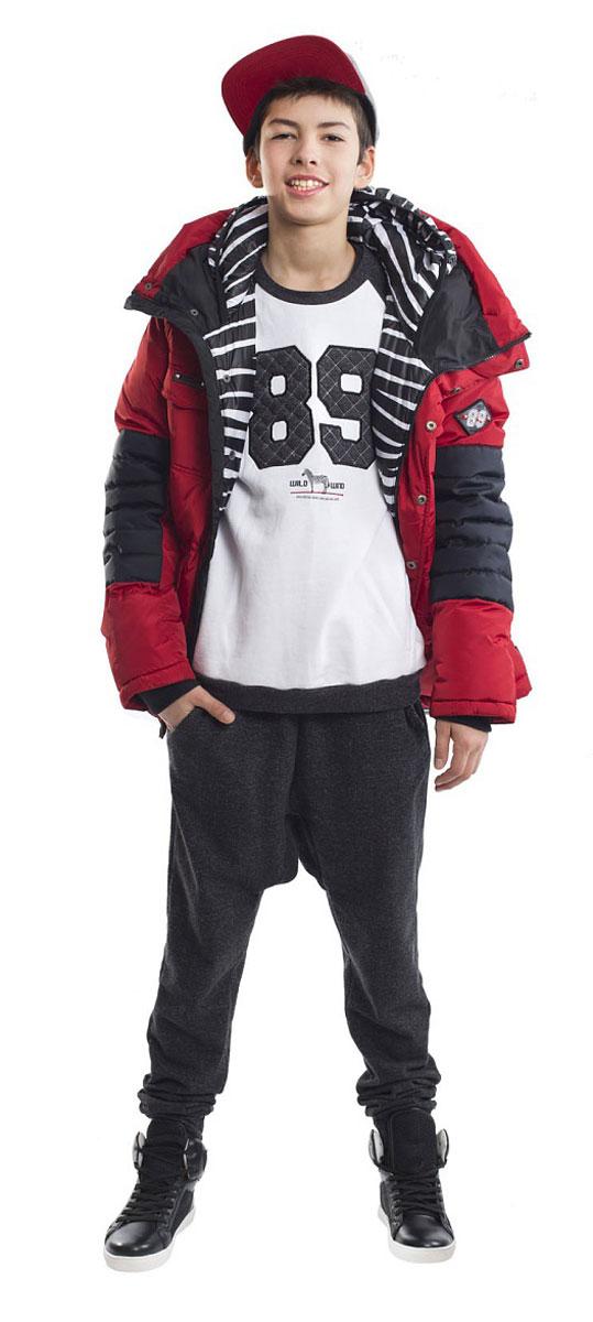 Куртка для мальчика Gulliver, цвет: красный. 21612BTC4601. Размер 16421612BTC4601Какими должны быть куртки для мальчиков? Модными или практичными, красивыми или функциональными? Отправляясь на шоппинг, мамы мальчиков должны ответить на эти непростые вопросы. Куртка от Gulliver упрощает задачу, потому что сочетает в себе все лучшие характеристики детских курток для мальчиков. Яркий цвет, модный силуэт, комфортная длина, множество интересных функциональных и декоративных деталей, контрастная комбинация двух фактур и необычная орнаментальная подкладка изделия делают куртку яркой и привлекательной. Отдельного внимания заслуживает классный элемент - двойной капюшон. Это интересное решение делает пуховик дерзким, смелым, экстравагантным. Классный пуховик подарит своему обладателю отличное настроение, прекрасный внешний вид, комфорт и удобство.