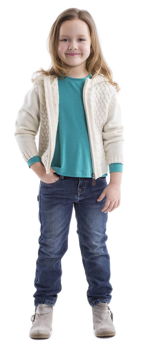 Джинсы для девочки Gulliver, цвет: синий джинс. 21602GMC6401. Размер 10421602GMC6401Стильные джинсы для девочки Gulliver выполнены из натурального хлопка, на подкладке из мягкого и теплого флиса. Модель на талии застегивается на металлический потайной крючок и имеет ширинку на застежке-молнии, а также шлевки для ремня. С внутренней стороны пояс регулируется скрытой резинкой на пуговицах. Джинсы имеют классический пятикарманный крой: спереди два втачных кармана и один накладной кармашек, а сзади - два накладных кармана. Оформлено изделие перманентными складками и потертостями.