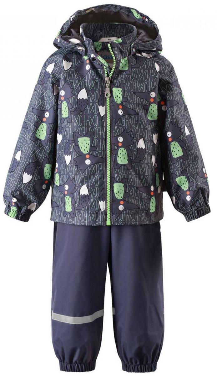 Комплект одежды детский Lassie: куртка, полукомбинезон, цвет: серый, темно-синий. 713702R9631. Размер 80713702R9631Детский утепленный демисезонный комплект, состоящий из куртки и полукомбинезона, идеально подойдет для активных маленьких путешественников и исследователей мира! Водоотталкивающему и ветронепроницаемому материалу не страшен небольшой дождик. Этот материал очень функциональный, и в то же время комфортный и дышащий. Полукомбинезон изготовлен из прочного материала и снабжен эластичными манжетами и съемными штрипками, чтобы не пустить внутрь холод и влагу. Благодаря регулируемым эластичным подтяжкам он удобно сидит точно по фигуре. Съемный капюшон защищает голову ребенка от пронизывающего ветра, к тому же он абсолютно безопасен - легко отстегнется, если вдруг за что-нибудь зацепится. Куртка снабжена множеством продуманных элементов, например прорезными карманами и светоотражателями.