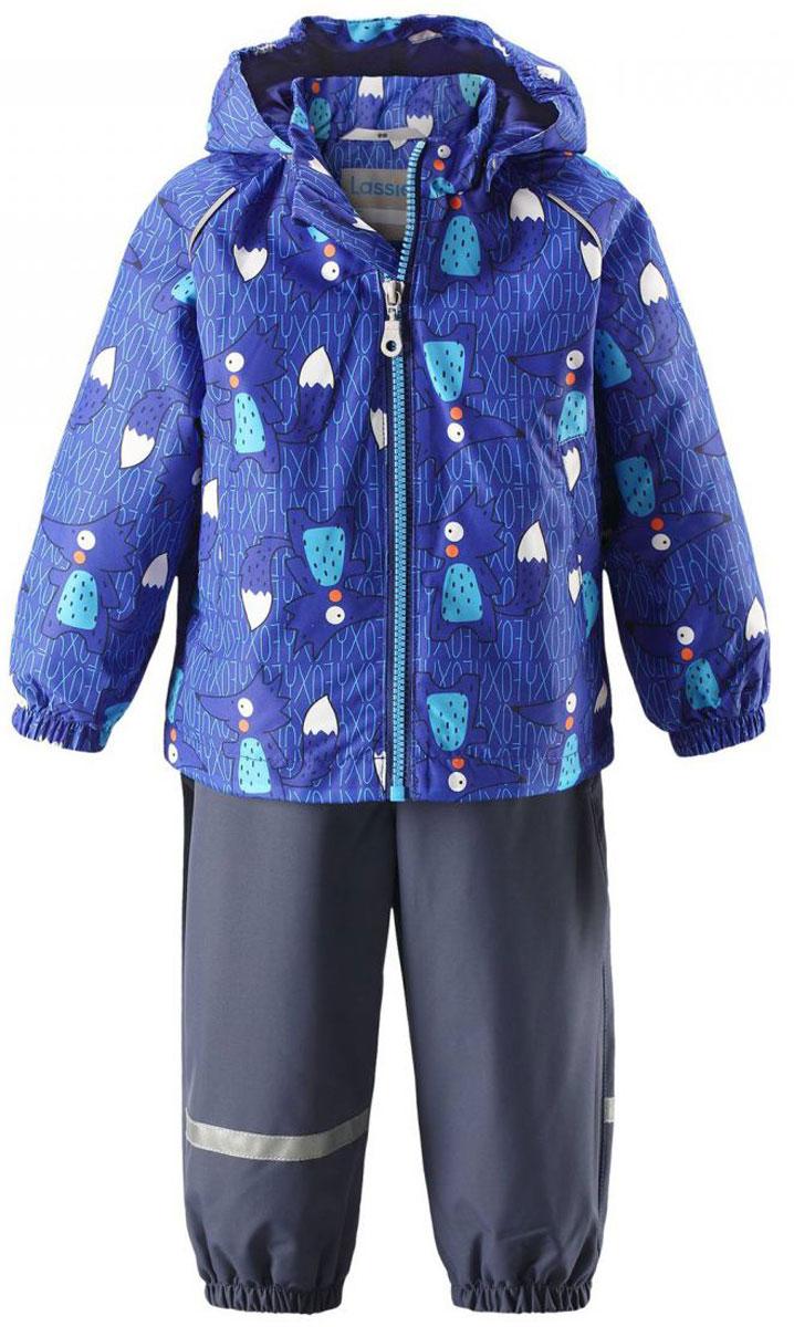 Комплект одежды детский Lassie: куртка, полукомбинезон, цвет: синий, темно-синий. 713702R6691. Размер 74713702R6691Детский утепленный демисезонный комплект, состоящий из куртки и полукомбинезона, идеально подойдет для активных маленьких путешественников и исследователей мира! Водоотталкивающему и ветронепроницаемому материалу не страшен небольшой дождик. Этот материал очень функциональный, и в то же время комфортный и дышащий. Полукомбинезон изготовлен из прочного материала и снабжен эластичными манжетами и съемными штрипками, чтобы не пустить внутрь холод и влагу. Благодаря регулируемым эластичным подтяжкам он удобно сидит точно по фигуре. Съемный капюшон защищает голову ребенка от пронизывающего ветра, к тому же он абсолютно безопасен - легко отстегнется, если вдруг за что-нибудь зацепится. Куртка снабжена множеством продуманных элементов, например прорезными карманами и светоотражателями.