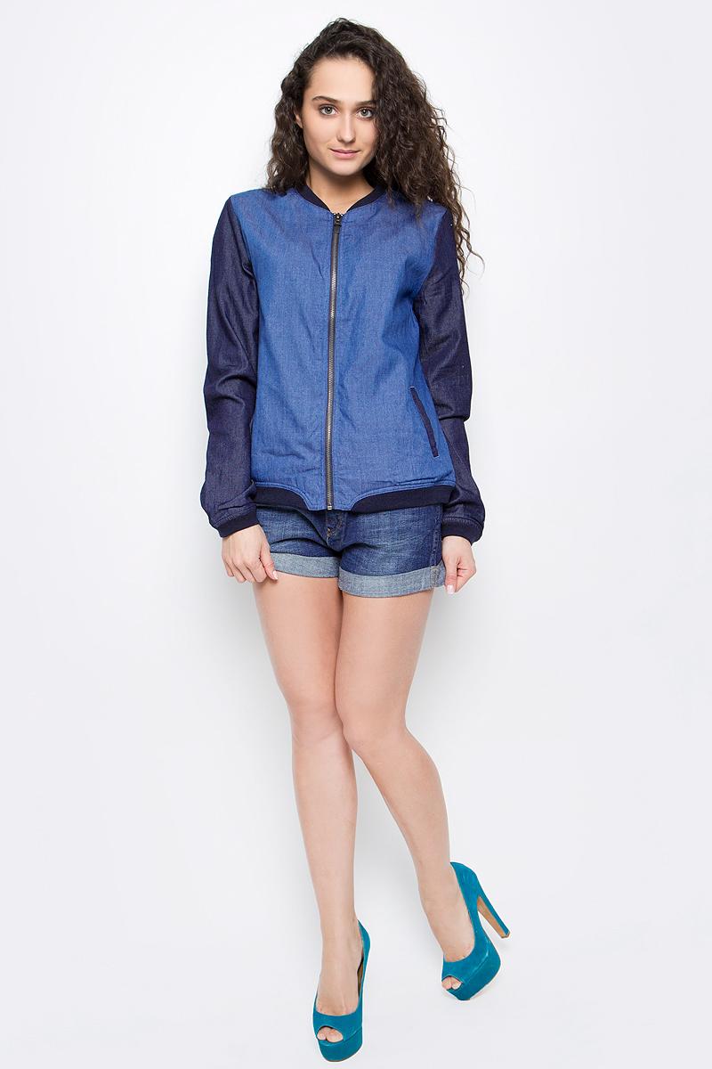Куртка женская Wrangler, цвет: синий джинс, темно-синий. W4094V18E. Размер S (42)W4094V18EКуртка-бомбер женская Wrangler выполнена из комбинированных материалов. Верх - из хлопка с добавлением полиэстера. подкладка - полностью из хлопка. Изделие застегивается спереди на молнию. На манжетах, по воротнику и по низу изделия куртка оформлена текстильными резинками.