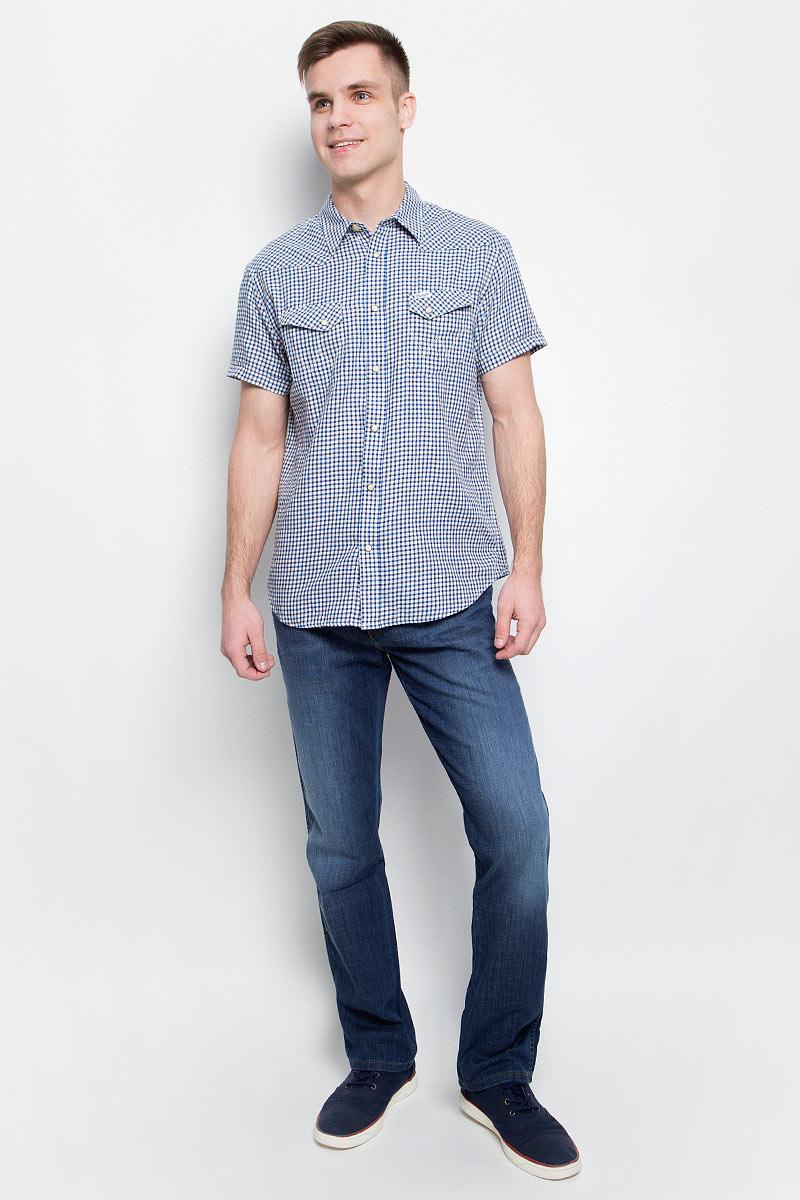 Рубашка мужская Wrangler, цвет: синий, белый. W5873MN43. Размер M (48)W5873MN43Мужская рубашка Wrangler изготовлена из натурального хлопка. Модель с короткими рукавами имеет на груди два кармана с клапанами на кнопках. Рубашка застегивается спереди на пуговицу, а также на застежки-кнопки. Оформлена модель стильным принтом в клетку.