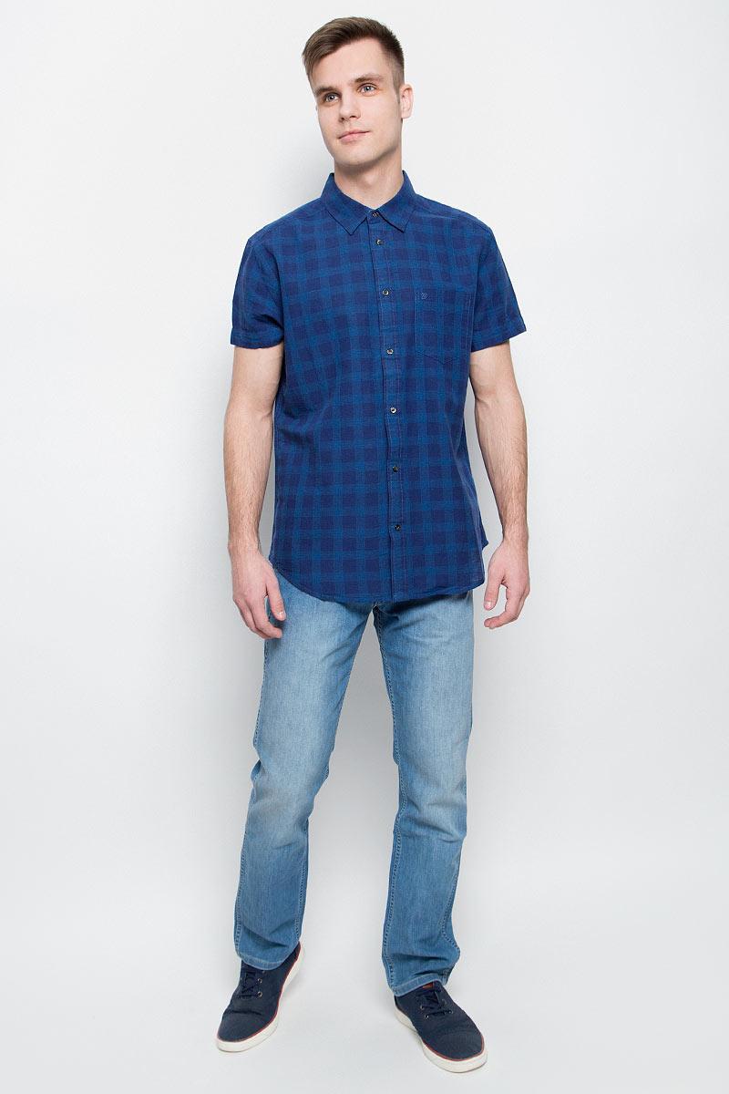 Рубашка мужская Wrangler, цвет: синий. W5950CNDF. Размер M (48)W5950CNDFМужская рубашка Wrangler изготовлена из натурального хлопка с добавлением льна. Модель с короткими рукавами имеет на груди открытый накладной карман. Рубашка застегивается спереди по всей длине на застежки-пуговицы. Оформлена модель стильным принтом в клетку.