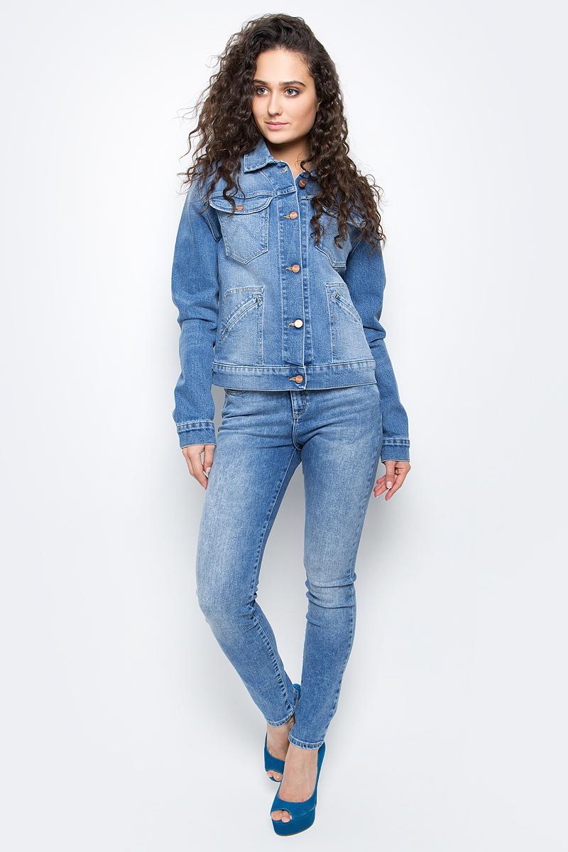 Куртка жен Wrangler, цвет: голубой джинс. W403KW85T. Размер M (44)W403KW85TЖенская джинсовая куртка Wrangler изготовлена из плотного денима с добавлением эластана. Застегивается спереди, на верхних карманах и на манжетах на металлические пуговицы. Имеет отложной воротник и несколько карманов: два накладных на груди, два прорезных в районе талии. Куртка оформлена декоративной строчкой.