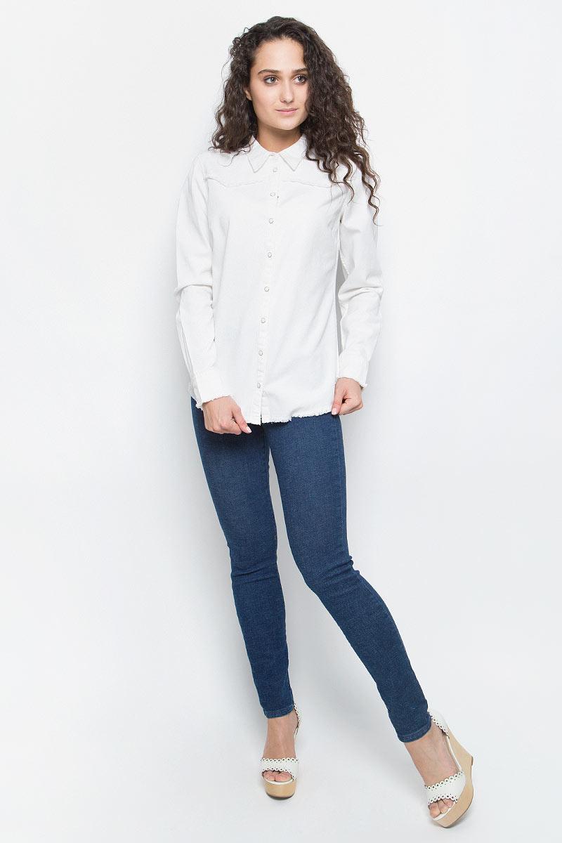 Рубашка женская Wrangler, цвет: белый. W52045GIV. Размер S (42)W52045GIVСтильная женская рубашка Wrangler изготовлена из натурального хлопка с добавлением эластана. Модель с длинными рукавами застегивается спереди на застежки-кнопки. Края рубашки дополнены небольшой бахромой.
