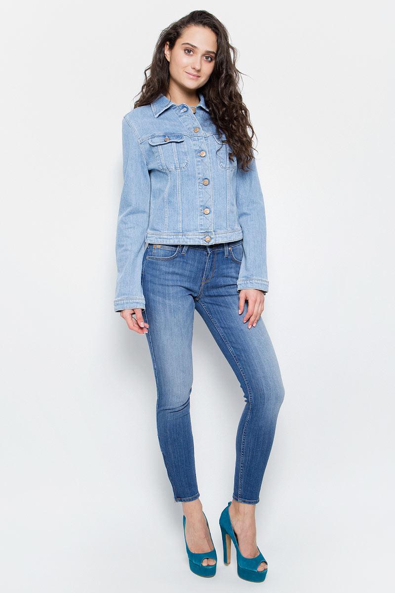 Куртка женская Lee, цвет: голубой. L54MAPPN. Размер M (44)L54MAPPNЖенская джинсовая куртка Lee выполнена из хлопка с добавлением эластана. Модель с отложным воротником и длинными рукавами застегивается на металлические пуговицы. Спереди куртка дополнена двумя накладными карманами с клапанами на пуговицах. Рукава оформлены манжетами, застегивающимися на пуговицы. Ширина низа регулируется с помощью пуговиц по бокам куртки.