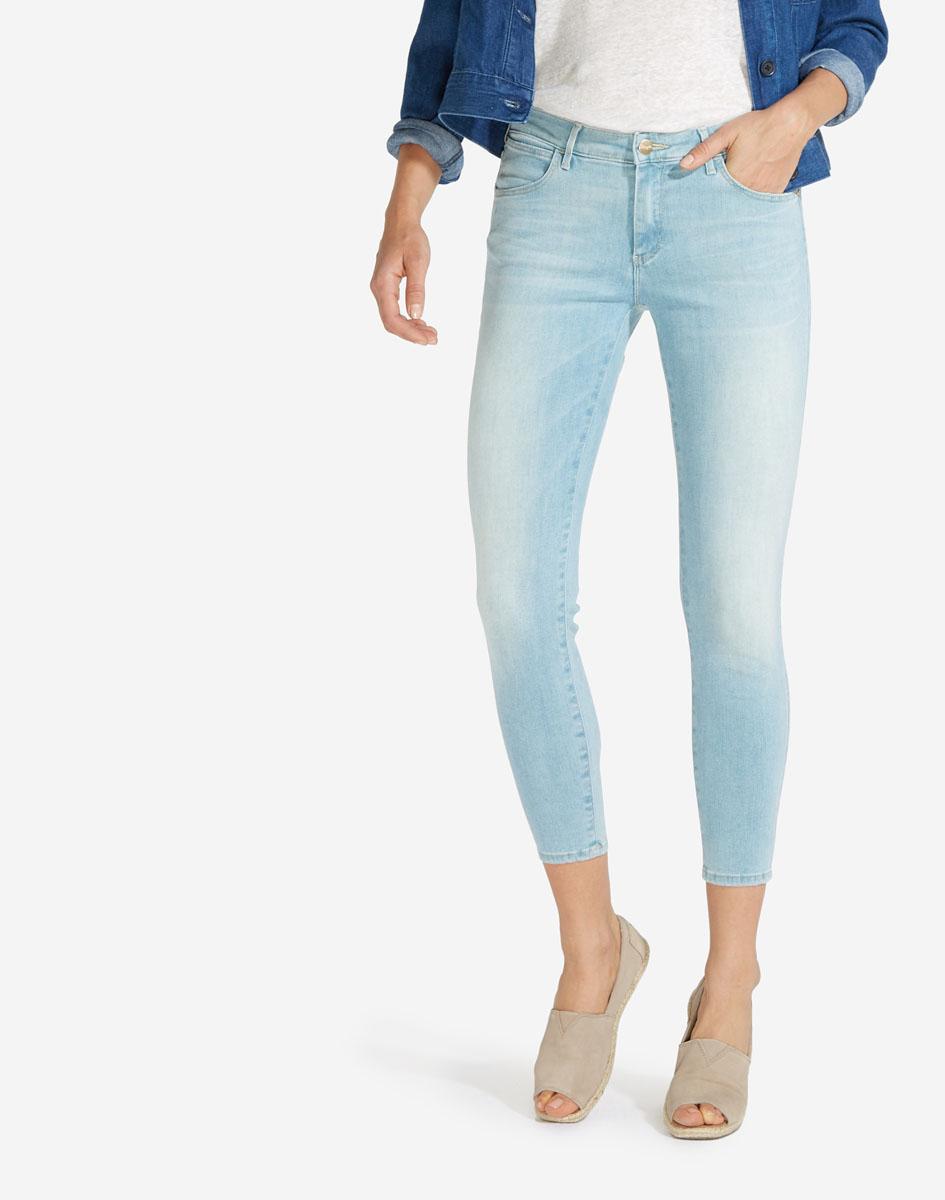 Джинсы женские Wrangler, цвет: голубой. W28MLO86V. Размер 27-32 (42/44-32)W28MLO86VСтильные женские джинсы Wrangler станут отличным дополнением к вашему гардеробу. Супер-стрейчевые джинсы модели-скинни выполнены из сочетания качественных материалов. Изделие мягкое и приятное на ощупь, не сковывает движения и позволяет коже дышать. Модель на поясе застегивается на пуговицу и ширинку на застежке-молнии, а также предусмотрены шлевки для ремня. Спереди расположены два втачных кармана и один секретный кармашек, а сзади - два накладных кармана. Изделиеукрашено нашивкой с названием бренда и перманентными складками.