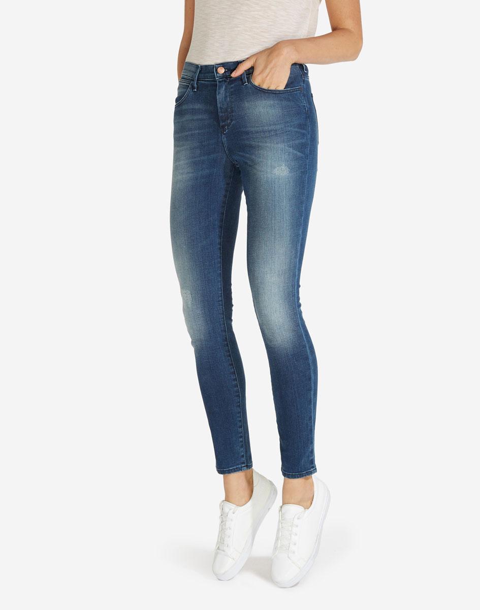 Джинсы женские Wrangler, цвет: синий. W27HX785R. Размер 26-32 (42-32)W27HX785RСтильные женские джинсы Wrangler станут отличным дополнением к вашему гардеробу. Джинсы модели-скинни выполнены из сочетания качественных материалов. Изделие мягкое и приятное на ощупь, не сковывает движения и позволяет коже дышать. Модель на поясе застегивается на пуговицу и ширинку на застежке-молнии, а также предусмотрены шлевки для ремня. Спереди расположены два втачных кармана и один секретный кармашек, а сзади - два накладных кармана. Изделиеукрашено нашивкой с названием бренда и выцветанием денима.