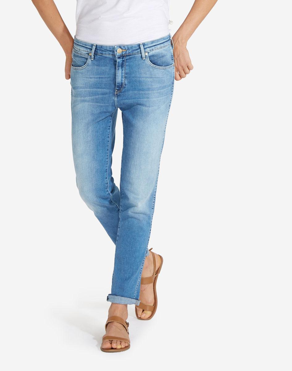 Джинсы женские Wrangler, цвет: голубая джинса. W27M9194O. Размер 27-32 (42/44-32)W27M9194OСтильные женские джинсы Wrangler станут отличным дополнением к вашему гардеробу. Джинсы прямого кроя выполнены из сочетания качественных материалов. Изделие мягкое и приятное на ощупь, не сковывает движения и позволяет коже дышать. Модель на поясе застегивается на пуговицу и ширинку на застежке-молнии, а также предусмотрены шлевки для ремня. Спереди расположены два втачных кармана и один секретный кармашек, а сзади - два накладных кармана. Изделиеукрашено нашивкой с названием бренда и выцветанием денима.