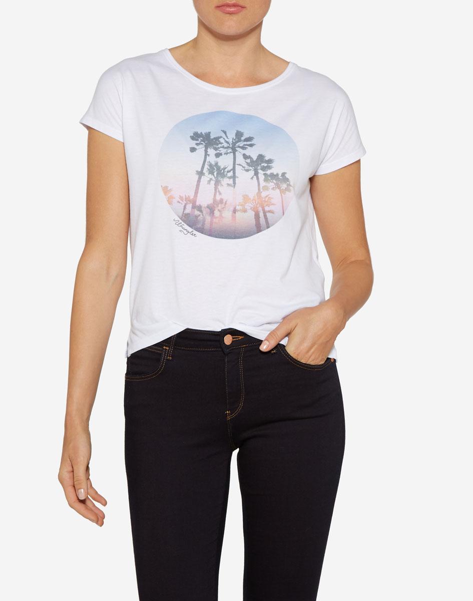 Футболка женская Wrangler, цвет: белый. W7331G112. Размер S (42)W7331G112Стильная футболка от бренда Wrangler изготовлена из сочетания натурального хлопка и полиэстера. Имеет круглый вырез горловины и цельнокроеные рукава. Оформлена футболка интересным принтом с пальмами.