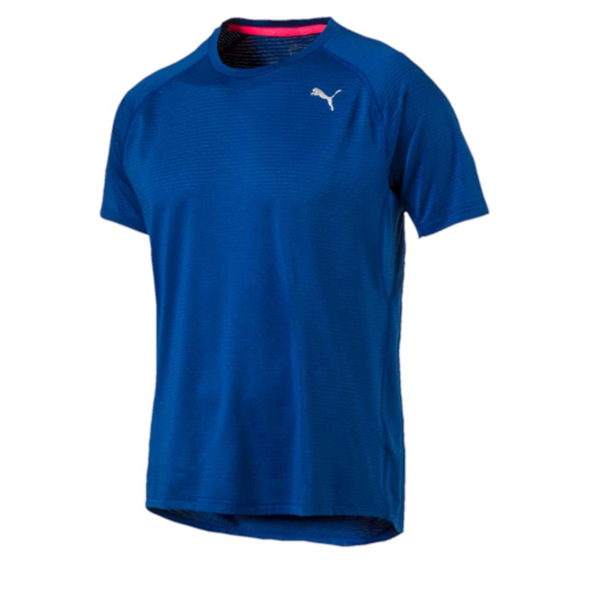 Футболка для бега мужская Puma Speed S/S Tee, цвет: синий. 51499503. Размер S (46/48)51499503Футболка Speed S/S Tee изготовлена с использованием высокофункциональной технологии dryCELL, которая отводит влагу, поддерживает тело сухим и гарантирует комфорт во время активных тренировок и занятий спортом. Она скроена таким образом, чтобы в местах наибольшего натяжения во время бега или активных движений появлялись прорези для улучшения вентиляции, отводящие от тела излишнее тепло. В то же время благодаря передовой технологии Thermo-R при переходе на шаг или остановке эти прорези закрываются, и вы не переохлаждаетесь. Плоские швы не натирают кожу и обеспечивают непревзойденный комфорт. Рукава-реглан обеспечивают полную свободу движений. Удлиненный задний подол не задирается и закрывает поясницу. Футболка декорирована спереди и сзади логотипом и другими элементами из переливающегося светоотражающего материала, благодаря чему вас хорошо видно с любого ракурса в темное время суток.