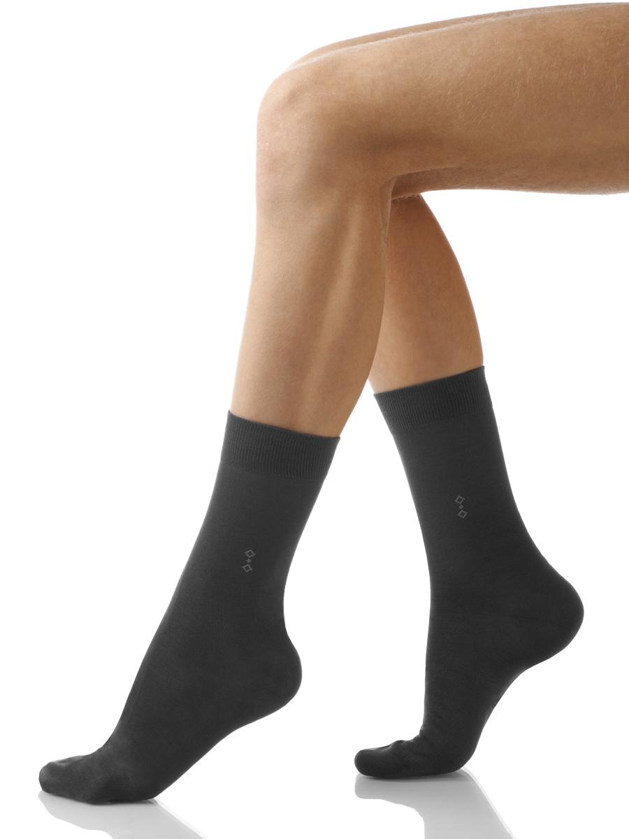 Носки мужские Charmante, цвет: темно-серый. SCHM-1007. Размер 27-29 (42/44)SCHM-1007Мужские носки Charmante с удлиненным паголенком изготовлены из высококачественного материалаобеспечивающего великолепную посадку. Удобная широкая резинка идеально облегает ногу и не пережимает сосуды, усиленные пятка и мысок повышают износоустойчивость носка.