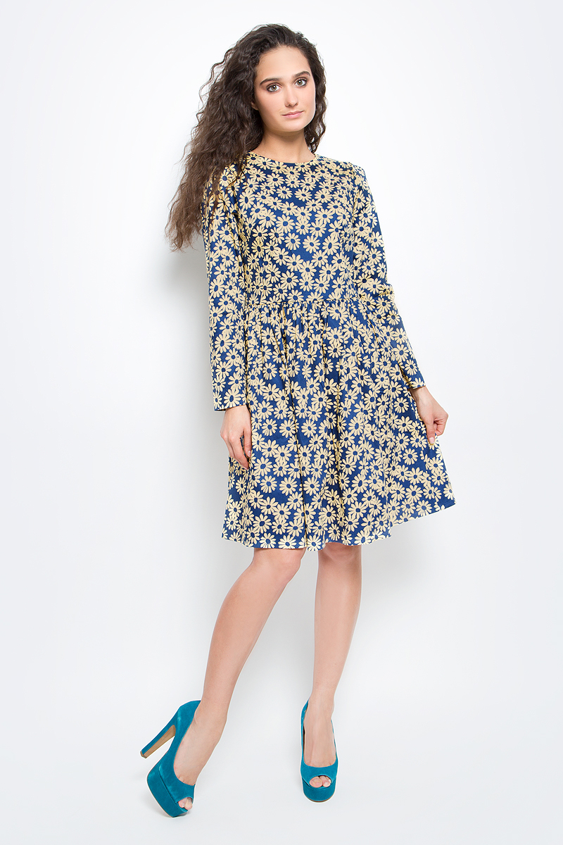 Платье Baon, цвет: синий, бежевый. B457006_Navy Printed. Размер L (48)B457006_Navy PrintedСтильное платье Baon выполнено из эластичного хлопка с принтом в ромашку. Модель с круглым вырезом горловины, пышной юбкой и длинными рукавами подарит вам комфорт в течение всего дня. Платье застегивается на потайную молнию на спинке. В таком платье вы будете выглядеть элегантно и женственно.
