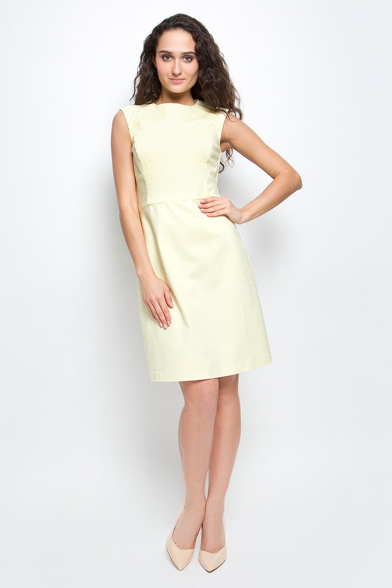 """Платье Baon, цвет: бледно-желтый. B457038_Cold Butter. Размер L (48)B457038_Cold ButterСтильное платье-футляр Baon выполнено из высококачественного материала с эффектом """"стрейч"""". Модель облегающего кроя с круглым вырезом горловины и короткими рукавами-реглан подарит вам комфорт и подчеркнет достоинства фигуры. Спереди платье оформлено рельефной вставкой с объемным узором. Платье застегивается на потайную застежку-молнию на спинке. В таком платье вы будете выглядеть элегантно и женственно."""