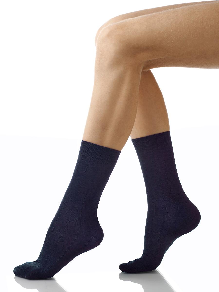Носки мужские Charmante, цвет: темно-синий. SCHM-1004. Размер 25-27 (39/41)SCHM-1004Мужские носки Charmante с удлиненным паголенком изготовлены из высококачественного материалаобеспечивающего великолепную посадку. Удобная широкая резинка идеально облегает ногу и не пережимает сосуды, усиленные пятка и мысок повышают износоустойчивость носка.