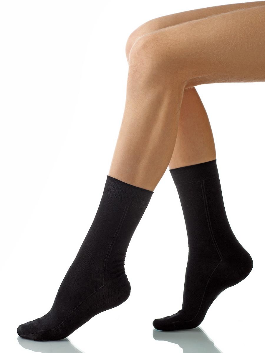 Носки мужские Charmante, цвет: черный. SCHM-1003. Размер 25-27 (39/41)SCHM-1003Мужские носки Charmante с удлиненным паголенком изготовлены из высококачественного материалаобеспечивающего великолепную посадку. Удобная широкая резинка идеально облегает ногу и не пережимает сосуды, усиленные пятка и мысок повышают износоустойчивость носка.