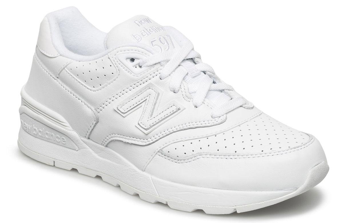 Кроссовки мужские New Balance 597, цвет: белый. ML597WHL/D. Размер 9,5 (43)ML597WHL/DСтильные мужские кроссовки от New Balance придутся вам по душе. Верх модели выполнен из высококачественныхматериалов. По бокам обувь оформлена, декоративными элементами в виде фирменного логотипа бренда, на язычке - фирменной нашивкой, задник логотипом бренда. Классическая шнуровка надежно зафиксирует изделие на ноге. Мягкая верхняя часть и стелька, изготовленные из текстиля, гарантируют уют и предотвращают натирание. Подошва оснащена рифлением для лучшей сцепки с поверхностями. Удобные кроссовки займут достойное место среди коллекции вашей обуви.