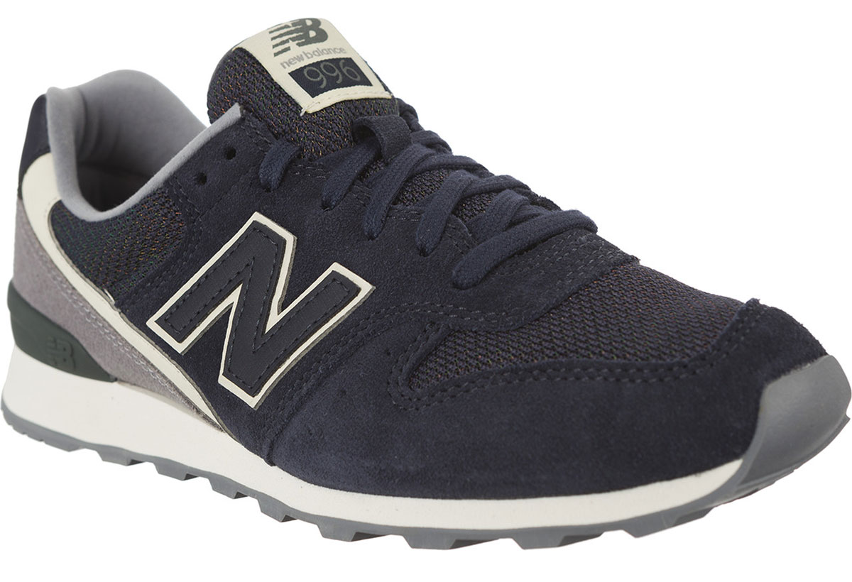 Кроссовки женские New Balance 996, цвет: темно-синий, серый. WR996WSB/D. Размер 7,5 (38)WR996WSB/DСтильные женские кроссовки от New Balance придутся вам по душе. Верх модели выполнен из высококачественныхматериалов. По бокам обувь оформлена декоративными элементами в виде фирменного логотипа бренда, на язычке - фирменной нашивкой. Классическая шнуровка надежно зафиксирует изделие на ноге. Подкладка и стелька, изготовленные из текстиля, гарантируют уют и предотвращают натирание. Подошва оснащена рифлением для лучшей сцепки с поверхностями. Удобные кроссовки займут достойное место среди коллекции вашей обуви.