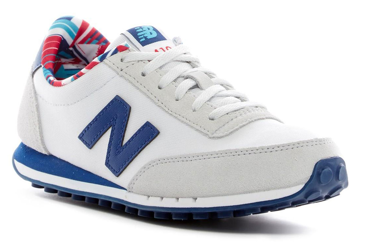 Кроссовки женские New Balance 410, цвет: белый, синий. WL410CPD/B. Размер 5,5 (36)WL410CPD/BСтильные женские кроссовки от New Balance придутся вам по душе. Верх модели выполнен из высококачественных материалов. По бокам обувь оформлена декоративными элементами в виде фирменного логотипа бренда, на язычке - фирменной нашивкой. Классическая шнуровка надежно зафиксирует изделие на ноге. Мягкая верхняя часть и подкладка, изготовленная из текстиля, гарантируют уют и предотвращают натирание. Стелька из текстиля обеспечивает комфорт. Подошва оснащена рифлением для лучшей сцепки с поверхностями. Удобные кроссовки займут достойное место среди коллекции вашей обуви.