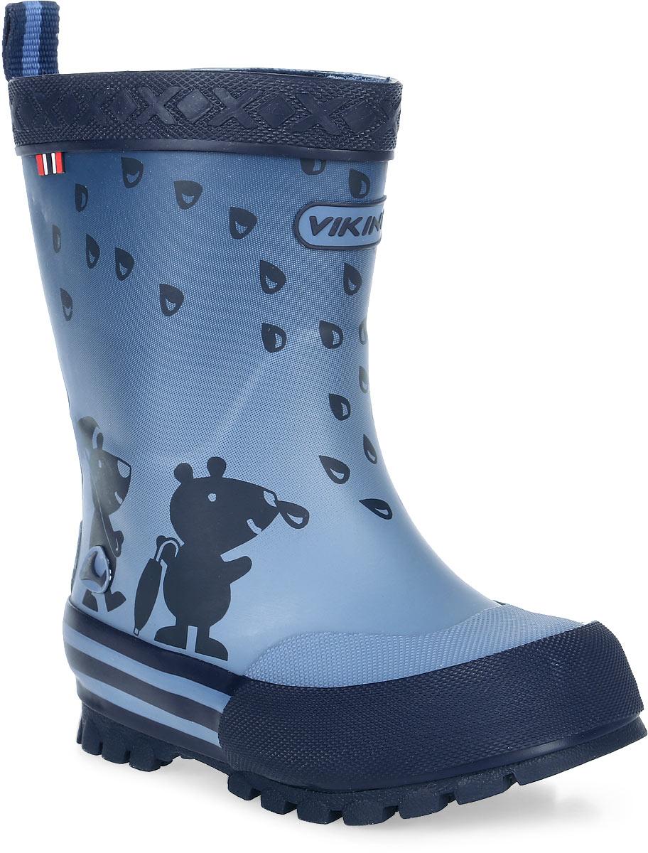 Сапоги резиновые для мальчика Viking Plask, цвет: синий. 1-17120-00005. Размер 341-17120-00005Модные резиновые сапоги от Viking - идеальная обувь в дождливую погоду для вашего мальчика. Модель с противоударным носком оформлена забавным принтом и эмблемой с названием бренда. Внутренняя поверхность и стелька, выполненные из синтетического материала со скрученными волокнами, способствующими поддержанию тепла, комфортны при ходьбе. Ярлычок на заднике облегчает обувание модели. Подошва с протектором гарантирует отличное сцепление с любой поверхностью. Резиновые сапоги - необходимая вещь в гардеробе каждого мальчика.