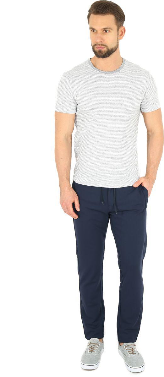 Брюки спортивные мужские Finn Flare, цвет: темно-синий. B17-42013. Размер S (46)B17-42013Спортивные брюки Finn Flare, выполненные из качественного комбинированного материала, идеально подойдут для занятий спортом и для повседневной носки. Удобные, комфортные, они не стеснят вас в движениях и подарят ощущение легкости. Пояс регулируется затягивающимся шнурком, также модель застегивается на пуговицу и ширинку на застежке-молнии. По бокам и сзади брюки дополнены двумя втачными карманами на молниях.